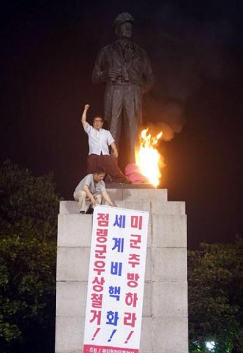 진보단체 맥아더 장군 동상에 불 질러[평화협정운동본부 제공]