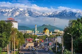 톈산산맥을 배경으로 한 카자흐스탄 알마티 전경