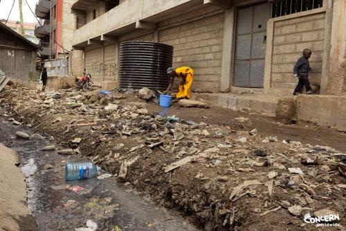 케냐 나이로비의 무쿠루 빈민촌 장면