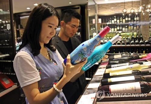 '백캉스족' 잡자…백화점, 여름 의류·가전 최대 80% 할인