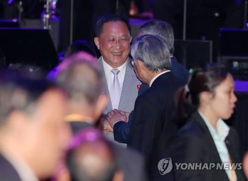 작년 외톨이였던 北리용호, 올해 ARF 만찬선 만면에 웃음