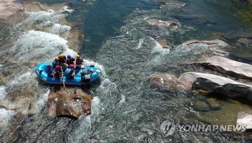 물살 가르며 폭염 탈출 [연합뉴스 자료사진]