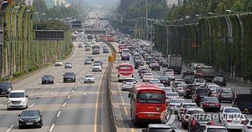 휴가철 차량으로 고속도로 정체 [연합뉴스 자료사진]