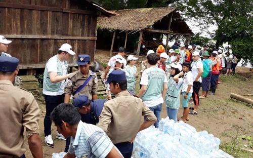 미얀마 한인사회 단체장들이 수해물품을 전달하고 있다. [한인회 제공]