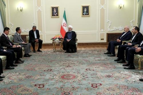 리용호 외무상(왼쪽에서 두번째)과 하산 로하니 이란 대통령(가운데)[이란대통령실]