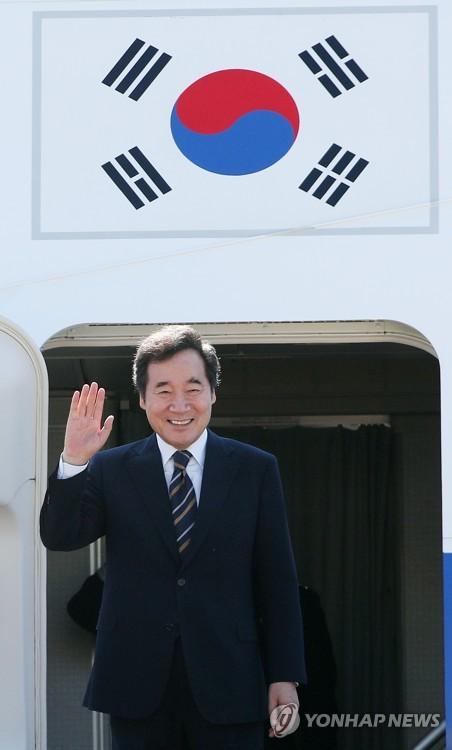 대통령 전용기에서 손 흔드는 이낙연 총리