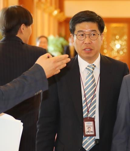 백원우 靑비서관 특검 출석…성실히 조사 받겠다