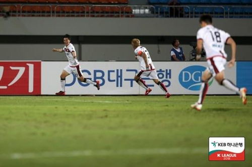 서울의 송진형이 상주전에서 선제골을 넣고 기뻐하고 있다.