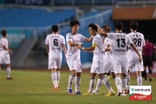 성남의 서보민이 안산전에서 골을 넣고 축하를 받고 있다.