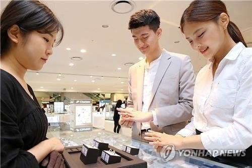 '가을이 온다'…백화점, 해외패션·혼수용품 할인 판매