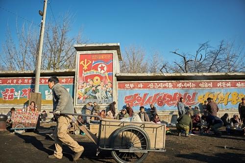 영화 '공작'에서 북한 현실 보여주는 장마당 촬영지는 어디?