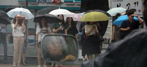 경남 15개 시·군 폭염주의보…남해안 최고 80㎜ 비 예상