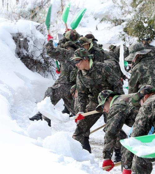 병사들 내년부터 잡초뽑기·제설작업 안한다…2021년 전군 확대