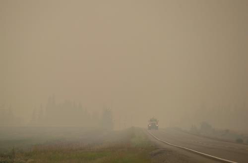 15일(현지시간) 산불로 연무에 뒤덮인 BC주 북부의 고속 도로 [AP=연합뉴스]
