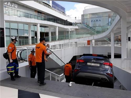 '주차장으로 착각' 쇼핑몰 지하 계단 돌진한 승용차