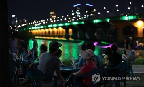 열대야가 나타난 지난 15일 밤 서울 잠실 한강공원
