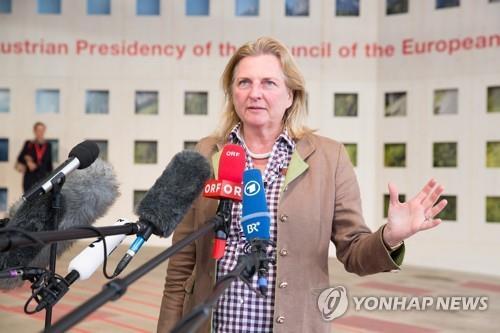 """""""외무장관 결혼식에 왜 푸틴 초청"""" 오스트리아 시끌"""