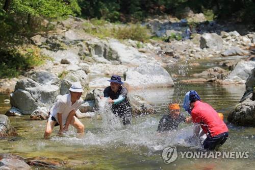 충북 식지 않는 무더위…속리산 국립공원 3천명 북적