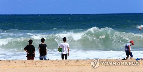 강원 동해안 초가을 바람 '솔솔'…끝물 해수욕장 한산