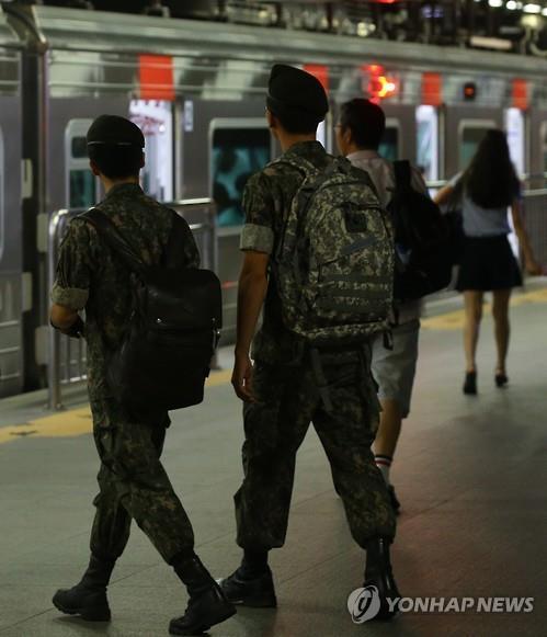 병사 '평일외출' 13개 부대서 내일부터 시범운용…음주는 금지(종합)