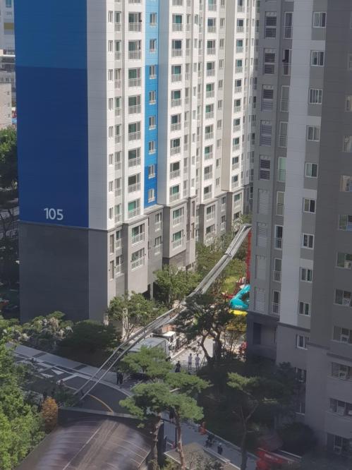 서울 아파트서 24층 높이 고가사다리 넘어져…인명피해 없어