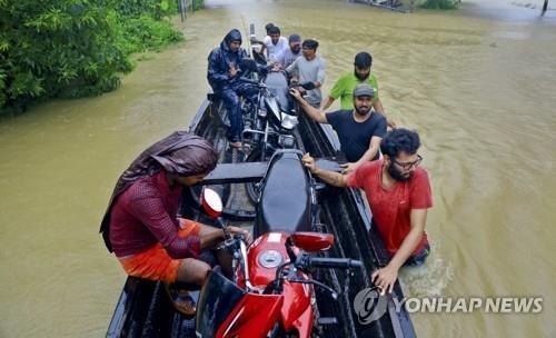 '빚 갚으러' 홍수 피해 구조 나선 인도 어부 1천200명