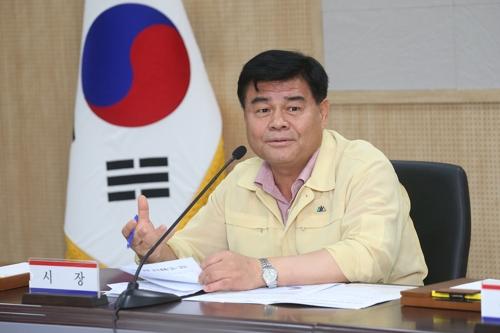 태풍 '솔릭' 긴급대책회의 주재하는 심규언 동해시장. [동해시 제공]