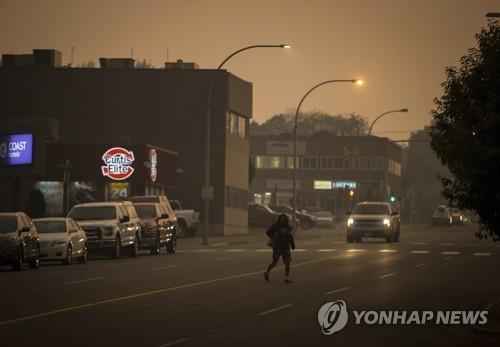 지난 주말 산불 연무에 싸인 BC주 북부 프린스조지 시내의 한낮 전경[AP=연합뉴스]