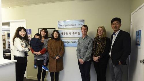 타우랑가유학원 양현택 대표(오른쪽)와 유학생 부모들 [출처:베이오브플렌티타임스]