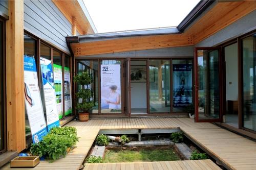 땅을 파고 빗물 재활용 시스템을 설치한 (S)LOW House의 정원