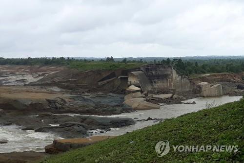 댐이 범람하면서 부서진 관개용댐[로이터=연합뉴스 자료사진]