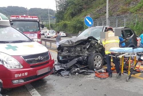 사고 로 찌그러진 차량