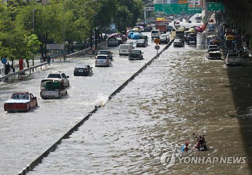 비만 오면 물에 잠기는 방콕 시내 도로[epa=연합뉴스 자료사진]