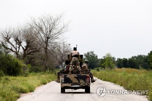 순찰을 도는 나이지리아 군인들[로이터=연합뉴스]