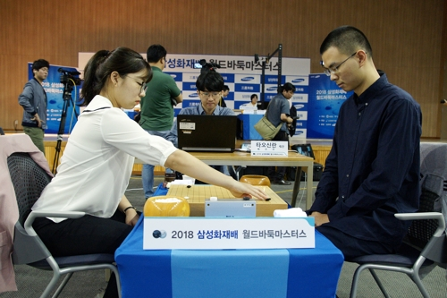 최정(왼쪽) 9단이 중국 타오신란을 꺾고 16강에 올랐다.[한국기원 제공=연합뉴스]