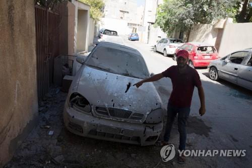 로켓포 공격으로 피해를 입은 리비아 주민 [EPA=연합뉴스 자료사진]