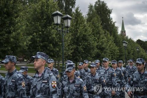 크렘린 지나가는 러시아 군인들[AP=연합뉴스 자료사진]