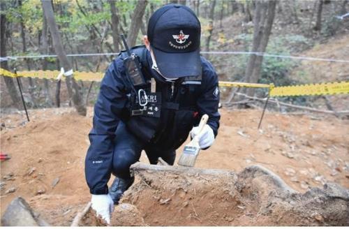 고(故) 김정권 이등중사의 유해수습 장면[국방부 제공]
