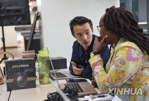 케냐서 케냐인과 일하는 중국인(기사내용과 관련 없음) [신화=연합뉴스 자료사진]