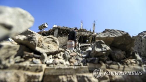폭격으로 파괴된 예멘 수도 사나[AFP=연합뉴스자료사진]