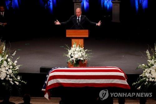 매케인 수석보좌관 출신 우즈, 민주당 간판으로 상원 출마 검토
