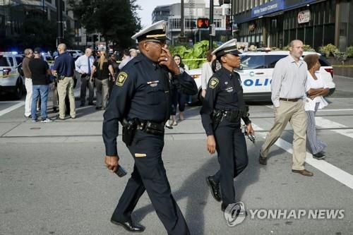 신시내티 총격 사건 현장 둘러보는 경찰관들