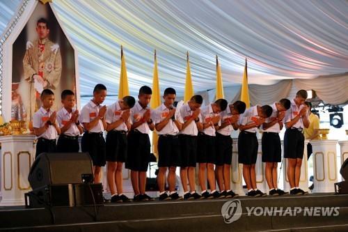 """""""감사합니다"""" 구조 영웅들에 감사 인사하는 태국 '동굴 소년들'[로이터=연합뉴스]"""