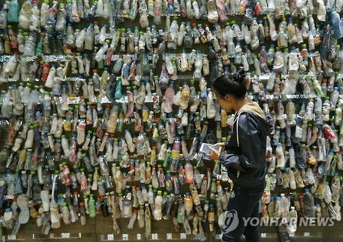 방콕 문화 센터에 설치된 플라스틱 쓰레기로 만든 전시물[epa=연합뉴스 자료사진]