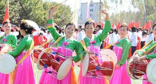 조선족들이 민속문화 행사에서 장구춤을 펼치고 있다.[길림신문 제공]