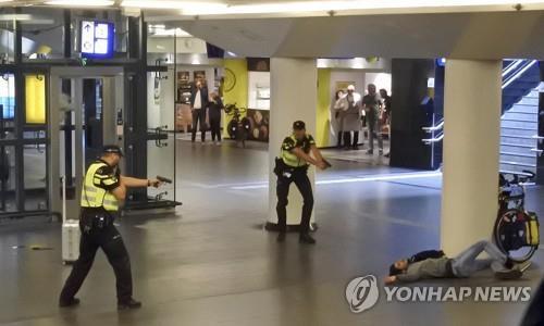 흉기 난동범 진압하는 네덜란드 경찰 [AP=연합뉴스 자료사진]