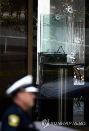 신시내티 총격 사건…총탄에 구멍 난 유리벽