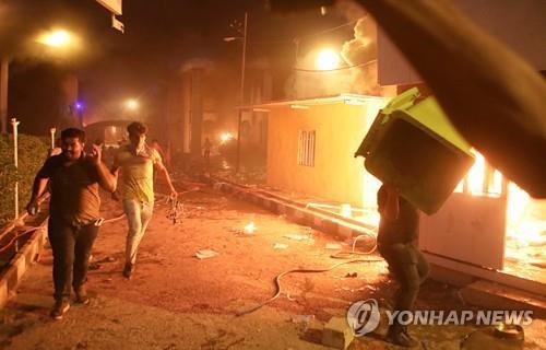 7일 시위대의 방화에 불타는 주바스라 이란 총영사관[AP=연합뉴스]