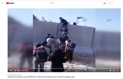 사다리로 국경장벽 타고 넘는 시리아 이들립 주민들