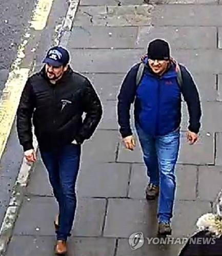 솔즈베리를 걷고 있는 암살 용의자 페트로프(오른쪽)와 보쉬로프 [PA=연합뉴스]